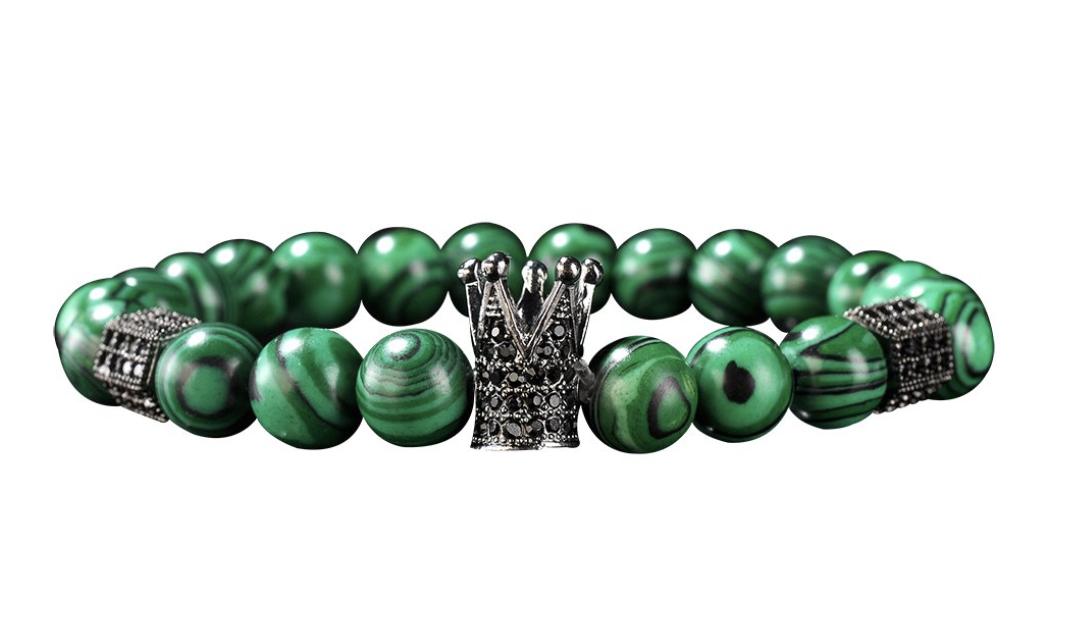 Malachit náramek z přírodního polodrahokamu ve výrazné zelené barvě s tmavým žilkováním.