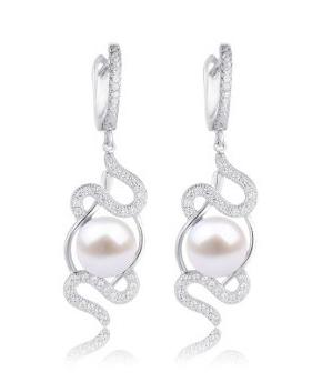 Visací perlové náušnice v podobě hada jsou zdobené zirkony a perlou uprostřed.